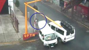 Mujer muere al salir disparada por ventana tras choque entre dos combis en EdoMex (VIDEO)