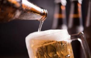 Le pone laxante a las cervezas de su marido, para que crea que era alérgico