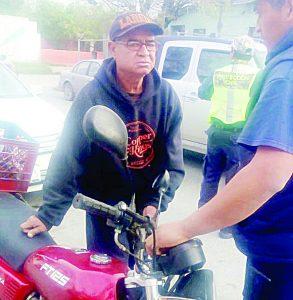 Ebrio motociclista choca con depósito