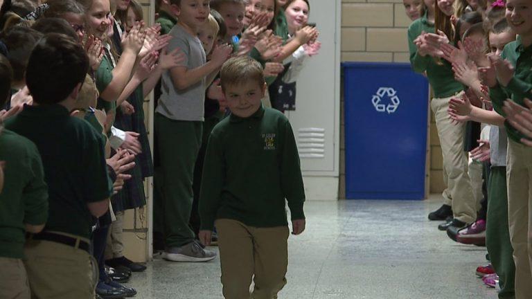 #Video Niño que venció al cáncer recibe ovación en su escuela