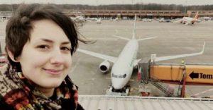 Mujer planea casarse con avión, 'su primer amor'