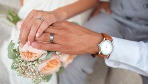 Tiene bebé con el marido de su hija; pagó la boda y fue invitada a la luna de miel