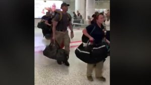 VIDEO: Llegan bomberos de Estados Unidos a Australia