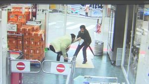 Abuelita enfrenta con un paraguas a ladrón (VIDEO)