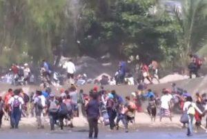 Migrantes empiezan a cruzar el río Suchiate que separa Guatemala de México