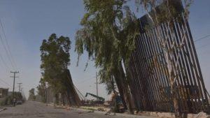 Migrantes aprovechan caída de muro de Trump para ingresar a EU
