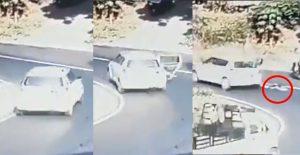 Niño cae del auto en el que viajaba al abrirse la puerta trasera en una curva (VIDEO)