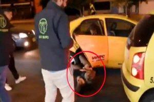 Mujer taxista golpea a pasajera por vomitar dentro del auto