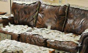 Encuentra 800 mil pesos en sillón que compró usado; los devuelve