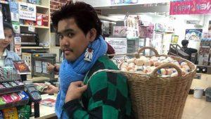 Tailandia prohíbe las bolsas de plástico y los compradores así se las arreglan
