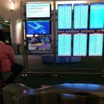 Hombre conecta su consola a pantalla de aeropuerto en lo que esperaba su vuelo