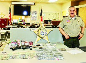 Tras pitazos, revientan tienditas y aseguran droga, armas, dinero y arrestan a 3
