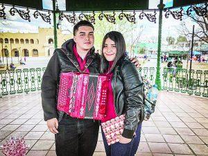 Con los acordes de 'Mi Tesoro' le pide ser su novia