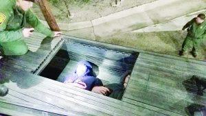 Descubren ilegales ocultos bajo tubos