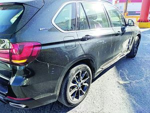 Invade carril, le pegan y le arruinan camioneta BMW