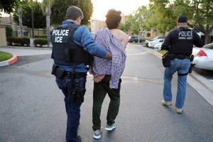 Se hizo pasar por un agente de ICE para liberar a su amigo