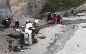 Salen vivos al caer su auto al Río Santa Catarina