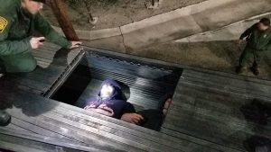 Encuentran 24 indocumentados, 17 bajo tubería de acero y 7 más en el camarote de un camión