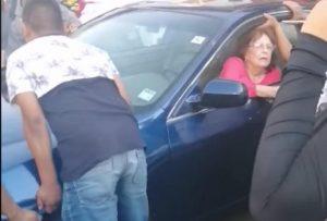 Se estacionó a la mitad de la calle y así la movió México  (VIDEO)