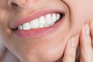 Mujer sufre extraño trastorno médico que le saca pelos hasta en las encías
