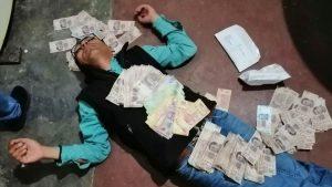 Secretario del alcalde de Candela, Coahuila se toma foto forrado en billetes de 500
