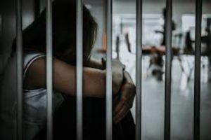Una mujer fue mandada a un penal varonil, terminó violada por reos