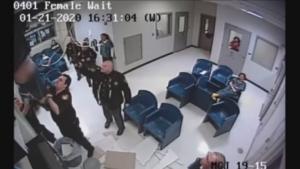 Intenta huir de prisión y termina cayendo en un bote de basura (VIDEO)