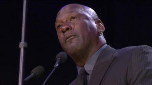 Entre lágrimas Michael Jordan rinde tributo a Kobe Bryant