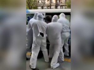 Hombre con coronavirus es subido a la fuerza a una ambulancia por paramédicos