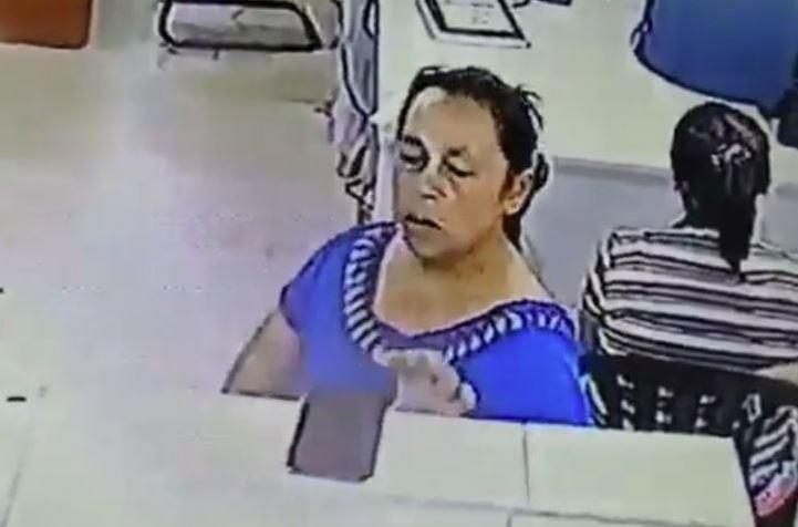 Momento en el que la mujer agarra el celular