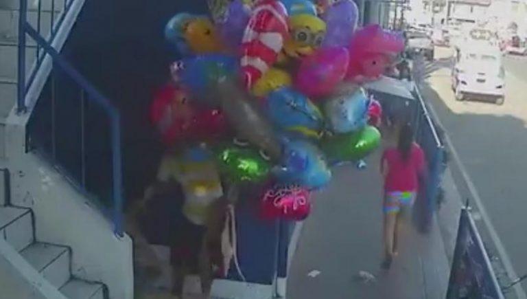 Niños le prenden fuego a vendedor de globos