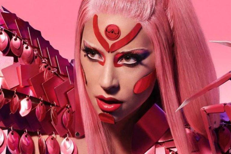Lady Gaga posa con atuendo futurista, estilo que adopta en el video de su nuevo sencillo 'Stupid Love'