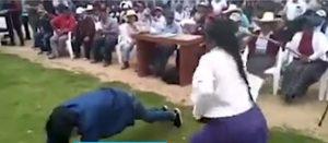 Mujer castiga a 'latigazos' a su hijo por robar un celular (VIDEO)