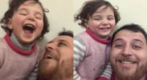 Padre sirio le enseña a su pequeña a reírse de las bombas