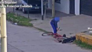 VIDEO: Se desmaya y pareja aprovecha para robarle la bicicleta