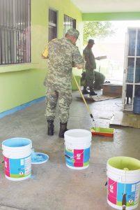 Militares  limpian  escuelas