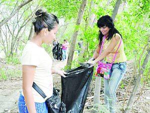 Realizan jóvenes limpieza del rió