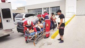 Camión sale sin precaución y choca; queda mujer lesionada