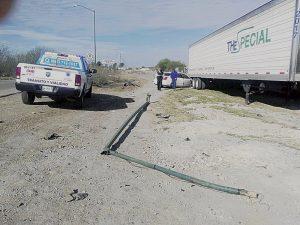 Abandonan auto estampado   abajo de una caja-tráiler