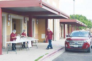Distribuyen los distritos escolares comida gratis