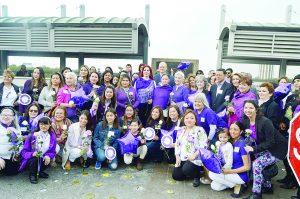 Marchan mujeres  de ambos Laredos