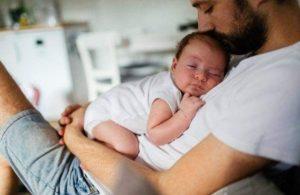 El papá que cuida al bebé no está ayudando a la madre, el ejerce su paternidad