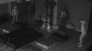 Ladrón entra a robar y huye al asustarse de su propio reflejo en el espejo
