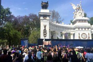 Burlan barreras en Hemiciclo y hacen pintas en monumentos (VIDEO)