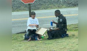 VIRAL: Policía se sienta a comer pizza con mujer sin hogar