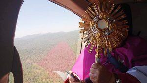Por coronavirus arzobispo bendice a su pueblo… desde un helicóptero