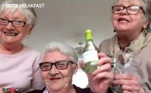 VIDEO: Abuelitas se aíslan juntas y toman vino para pasar la cuarentena