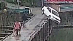 Obtiene licencia de conducir y 10 minutos después cae en río (VIDEO)
