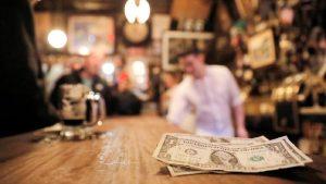 Ante crisis, cliente deja de propina 10 mil dólares restaurante en EU