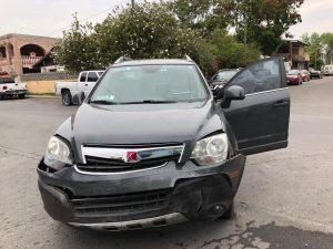 Ignora señal de auto y provoca accidente